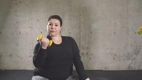 Stoppa att äta snabbmat, gå in för sport Den fylliga flickan vägrar skräpmat arkivfilmer