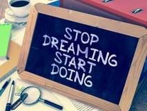 Stoppa att drömma att göra för start Motivational citationstecken på royaltyfri foto