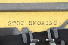 STOPPA ATT RÖKA som är skriftligt på en gammal skrivmaskin Fotografering för Bildbyråer