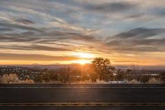 Stoppa bilen längs vägen och att vänta på solnedgången för att avsluta dess cirkulering av liv royaltyfri bild