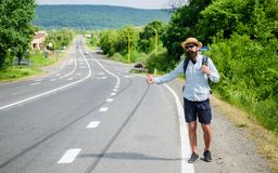 Stoppa bilen Tumme för bil för manförsökstopp upp Lifta en av mest billig resa för vägar Val upp av liftare hitchhikers Arkivbilder