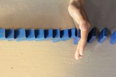 Stoppa dominobrickariskeffekt Arkivfoto