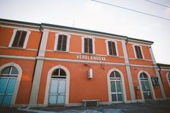 Stoppa drevet för verolanuovaen för drevstationen det regionala i Italien arkivfoton