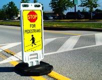 Stoppa för gångarevägkorsning tecken Royaltyfria Bilder