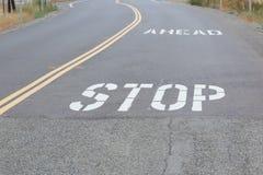 Stoppa framåt på vägen Arkivbild