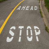 Stoppa framåt tecknet på trottoaren Arkivbild