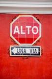 Stoppa, och en väg undertecknar in spansk alt- una via Arkivfoton