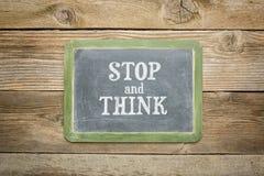 Stoppa och tänk textsvart tavla Arkivbild