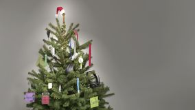 Stoppa rörelse av affärsobjekt, och stolpe-det noterar själv-avslutning ett julträd stock video