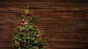Stoppa rörelse av röd festlig garneringsjälv-avslutning ett julträd lager videofilmer