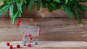 Stoppa rörelse med en shoppingvagn arkivfilmer