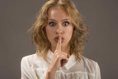Stoppa samtal! Mänskligt sinnesrörelseframsidauttryck Arkivfoto
