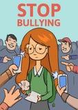 Stoppa skolapennalismaffischen Telefoner och fingrar som pekar på skolflickan som omges, genom att skratta översittare Kulör läge Royaltyfria Foton