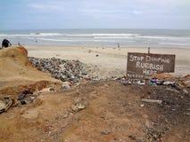 Stoppa tömning tecknet på den Ghana stranden Arkivfoton