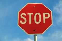 Stoppa tecknet med den blåa skyen Royaltyfri Fotografi