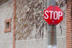 stoppa tecknet med ett hus i bakgrund Royaltyfri Bild