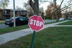 Stoppa tecknet nära lägenheten East Lansing royaltyfri bild