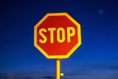 Stoppa tecknet, nattplats Arkivfoto