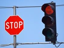 Stoppa tecknet och röd trafikljus Royaltyfri Bild