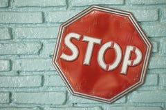 Stoppa tecknet på den gröna väggen Arkivbild