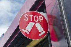 Stoppa tecknet på en spårvagn Arkivbilder