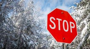 Stoppa tecknet på en vinterträväg Ny stupad snö Arkivbild