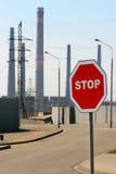 Stoppa tecknet på inställningen av den industriella zonen Arkivfoto