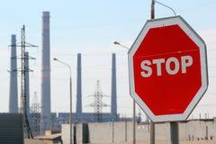 Stoppa tecknet på inställningen av den industriella zonen Arkivbild