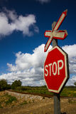 Stoppa tecknet på järnväg tillträde Royaltyfri Foto