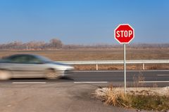 Stoppa tecknet på tvärgator lantlig väg Gå ut på huvudvägen Huvudvägen farlig väg Stopp för trafiktecken Royaltyfri Fotografi