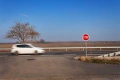 Stoppa tecknet på tvärgator lantlig väg Gå ut på huvudvägen Huvudvägen farlig väg Stopp för trafiktecken Royaltyfri Foto