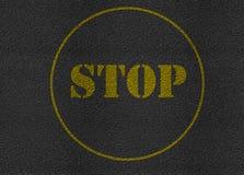 Stoppa textur för vägen för teckenasfalthuvudvägen Arkivfoton