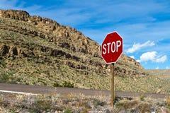 Stoppa undertecknar in öknen Arkivbild