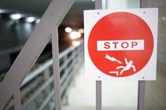 STOPPA undertecknar in gångtunnelen Arkivbilder