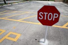 Stoppa undertecknar in parkeringsplatsen royaltyfri foto