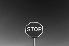 stoppa undertecknar in svartvitt Royaltyfria Foton