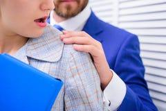 Stoppa våld mot kvinnor Chefkonflikt Offer av sexuellt övergrepp och mobbning på arbetsplatsen arkivbild