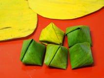 Stoppad pyramid för deg för degpyramidlexitron som välfylld göras från limaktigt rismjöl som fylls med offer- erbjuda för kokosnö royaltyfria foton