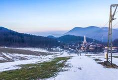 Stoppad skidlift på grund av fattigt snöväder med härligt berglandskaplandskap i Tyskland royaltyfria foton
