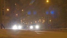 Stoppade bilar på att snöa natt stock video