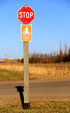 Stoppcyklister stiger av tecken Royaltyfri Bild