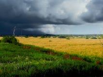 Stoppelveld. Onweer. De herfst. Royalty-vrije Stock Afbeeldingen