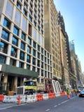 Stoppen des Verkehrs, Crane Lifting Construction Material Above-Fußgänger, Manhattan, NYC, NY, USA Lizenzfreie Stockfotos