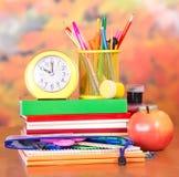 Stoppen Sie ab und stehen Sie für Bleistifte auf Stapel Büchern Lizenzfreie Stockbilder