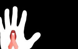 Stoppen Sie AIDS unterzeichnen mit der weißen Hand und rotem Band auf schwarzem backgroun Stockbild