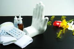 Stoppen Sie Allergiekonzept, Saisonblütenstaub und Blütenallergie, Mediziner Lizenzfreie Stockfotos