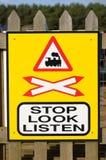 Stoppen Sie, betrachten Sie, hören Sie Zeichen einer Bahnüberfahrt Lizenzfreies Stockbild