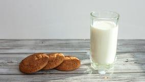 Stoppen Sie Bewegung von a von selbst gemachten Hafermehlplätzchen und von Glas Milch Zeit-Versehennahrung Film 4K stock video