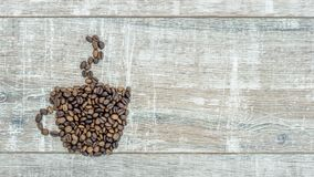 Stoppen Sie Bewegungsanimation der Bildungsschale mit Kaffee von den frischen Röstkaffeebohnen, Dampf über einem heißen Tasse Kaf stock video