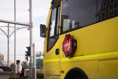 Stoppen Sie das Zeichen, das zum Schulbus angebracht wird lizenzfreie stockfotografie